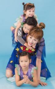 陳浩民太太蔣麗莎亦是另一位超人媽媽,為他生了4個小孩,4年抱4真的是一級級長大。