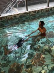 蔣麗莎更教女兒游水。