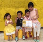大女陳雅薷(Elizabeth)書法有獎,媽媽與弟妹都一起感到開心。