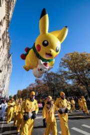 【美國感恩節巡遊】比卡超造型的巨型氣球穿梭紐約街頭。(法新社)