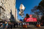 【美國感恩節巡遊】《魔雪奇緣》雪寶造型氣球(法新社)