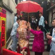 黃頌祈背起陳嘉寶返長洲祖屋舉行入門儀式。(網上圖片)