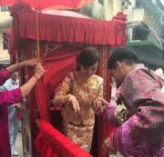 黃頌祈按照傳統踢轎門,然後接出陳嘉寶。(網上圖片)