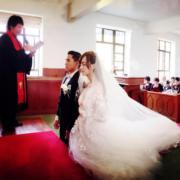 陳嘉寶與丈夫黃頌祈在聖壇前祈禱。(網上圖片)