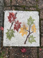 【日本紅葉】河口湖紅葉迴廊附近,地磚也有紅葉圖案。