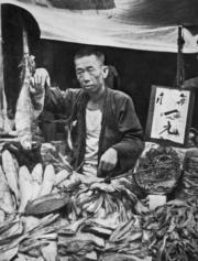 售賣鹹魚和酸菜的小販。(圖片及資料由香港社會發展回顧項目提供)