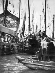 節慶期間,漁船掛滿綵旗。(圖片及資料由香港社會發展回顧項目提供)