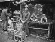 屯門三聖墟賣麥芽糖的小販。(圖片及資料由香港社會發展回顧項目提供)