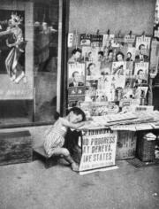 聖佐治行外的報紙檔。(圖片及資料由香港社會發展回顧項目提供)