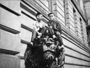 滙豐總行外的銅獅子是一代又一代的孩子玩樂的場地、留影的背景。一對銅獅二戰流落他鄉的經歷亦堪稱傳奇。(圖片及資料由香港社會發展回顧項目提供)