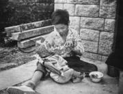 細心哥哥給妹妹餵奶。(圖片及資料由香港社會發展回顧項目提供)
