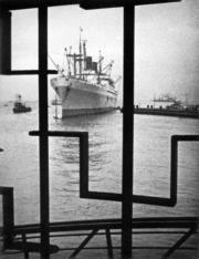 美國總統輪船公司的「威爾遜總統號」停泊在九龍倉。(圖片及資料由香港社會發展回顧項目提供)