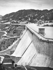 大欖涌水塘主壩高200呎,長2200呎,在區內採石修築。(圖片及資料由香港社會發展回顧項目提供)