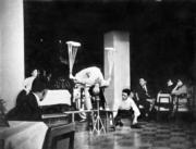轉碟表演。中式雜技曾在高級酒樓及夜總會風行一時。(圖片及資料由香港社會發展回顧項目提供)
