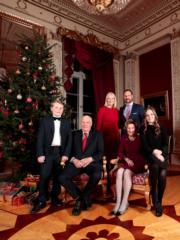 挪威國王哈拉爾五世(前排左二)、王后索尼婭(前排左三)、王儲哈康伉儷(後排)及其子女(Det norske Kongehus / Lise Åserud, NTB scanpix)