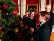 挪威Ingrid Alexandra公主(中)、Sverre Magnus王子(右前)與國王哈拉爾五世(右後)一起佈置聖誕樹。(Det norske Kongehus / Lise Åserud, NTB scanpix)