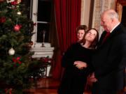 挪威Ingrid Alexandra公主(中)以趣怪神情看向國王哈拉爾五世(右)。(Det norske Kongehus / Lise Åserud, NTB scanpix)