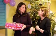 【英國王室】2017年12月12日,英國劍橋公爵夫人凱特(左)出席Rugby Portobello Trust聖誕派對時,向小朋友送聖誕禮物。(Kensington Palace Twitter圖片)