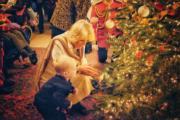【英國王室】英國王儲查理斯的妻子卡米拉(中)與小朋友佈置官邸克拉倫斯宮的聖誕樹。(Clarence House Twitter圖片)