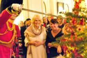 【英國王室】2017年12月13日,英國王儲查理斯的妻子卡米拉(中)邀請民眾到官邸克拉倫斯宮(Clarence House),一起佈置聖誕樹。(Clarence House Twitter圖片)