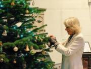 【英國王室】2017年12月9日,英國王儲查理斯的妻子卡米拉在卡上寫下「聖誕快樂」。(Clarence House Twitter圖片)
