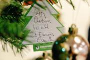 【英國王室】英國王儲查理斯的妻子卡米拉在卡上寫下「聖誕快樂」。(Clarence House Twitter圖片)