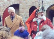 【英國王室】2017年12月8日,英國王儲查理斯(左)到訪威爾斯的城堡Castell Coch,離開前祝願學生聖誕快樂。(Clarence House Twitter圖片)