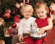 【摩納哥王室】2017年12月13日,摩納哥王妃維特斯托克在Instagram分享龍鳳胎(Gabriella小公主、Jacques小王子)在聖誕裝飾前的合照。(HSH Princess Charlene Instagram圖片)