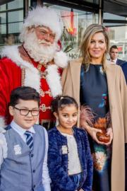 【荷蘭】荷蘭王后馬克西瑪(Queen Maxima,後右)與聖誕老人合照。(法新社)