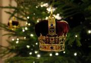 【英國王室】英國白金漢宮內的聖誕樹掛了王冠吊飾。(The Royal Family facebook圖片)