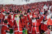 人們在瑞士阿爾卑斯山打扮成聖誕老人滑雪。(法新社)