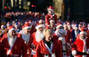 英國利物浦,跑手在打扮成聖誕老人參加年度Santa Dash。(法新社)