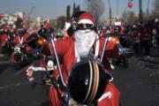 意大利都靈的聖誕老人在馳騁。(法新社)