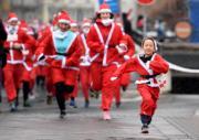 布拉達斯,參加慈善跑的人都打扮成聖誕老人。(法新社)
