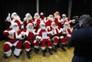 英國倫敦聖誕老人學校內,聖誕老人學生學習擺姿勢。(法新社)