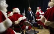 英國倫敦聖誕老人學校內,導師幫聖誕老人學生整理服裝。(法新社)