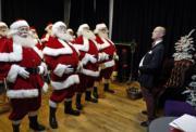 英國倫敦聖誕老人學校內,導師正教導聖誕老人學生。(法新社)