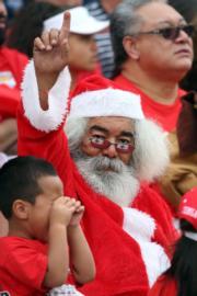 聖誕老人看欖球賽。(法新社)