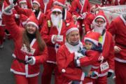 布達佩斯,人們在打扮成聖誕老人參加Rossmann Santa Run。(新華社)