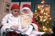 芬蘭Espoo,聖誕老人派禮物。(法新社)