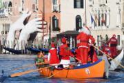 意大利威尼斯,聖誕老人划艇。(法新社)