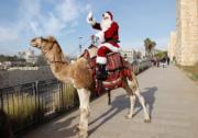 耶路撒冷,聖誕老人騎駱駝。(新華社)