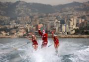 黎巴嫩Jounieh海灣,聖誕老人會滑水!(法新社)