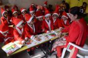 印度Amritsar,老師與學生打扮成聖誕老人一樣。(法新社)