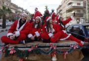 敘利亞大馬士革,有人打扮成聖誕老人一樣。(法新社)
