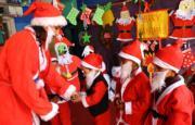尼泊爾加德滿都,老師與學生裝扮成聖誕老人一樣。(新華社)