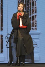 為日籍丈夫安田慎吾佗住B仔3個多月的方皓玟穿上4吋高跟鞋現身《叱咤》頒獎台。(資料圖片)