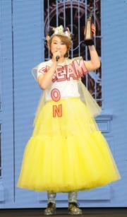 孕味濃的王菀之穿上黃色蓬蓬裙、頭戴布製皇冠現身《叱咤》,十分可愛﹗(資料圖片)