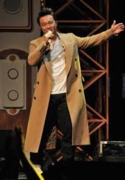陳奕迅以嘉賓身分現身《叱咤》頒獎台,獻唱《我的快樂年代》、《天下無雙》、《陀飛輪》等經典金曲。(資料圖片)