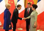 法國總統馬克龍(左二)與夫人(左一)訪華第二天,國家主席習近平(右二)與夫人彭麗媛(右一)在北京人民大會堂歡迎。(法新社)